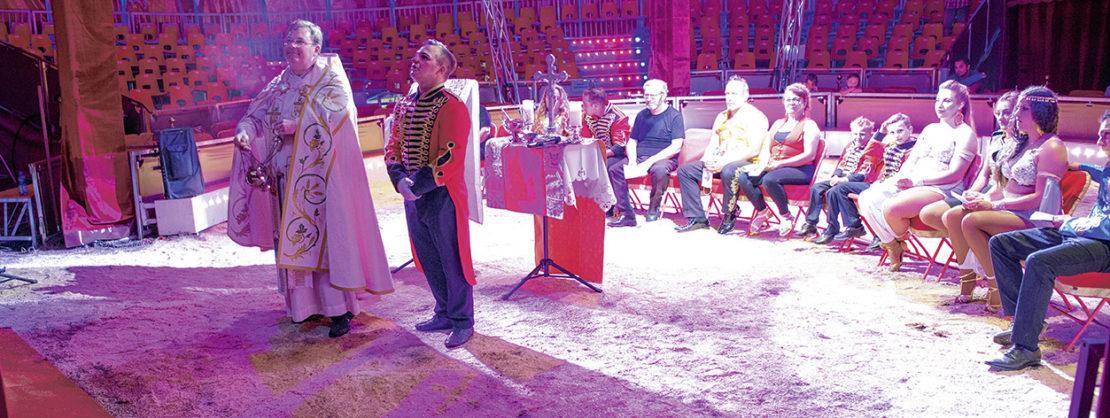 Weihrauch im Zirkuszelt. Sascha Ellinghaus beim Segen für das neue Chapiteau. Der Messdiener hat eine Zirkus-Uniform an– was sonst an diesem Ort? Foto: Flüter