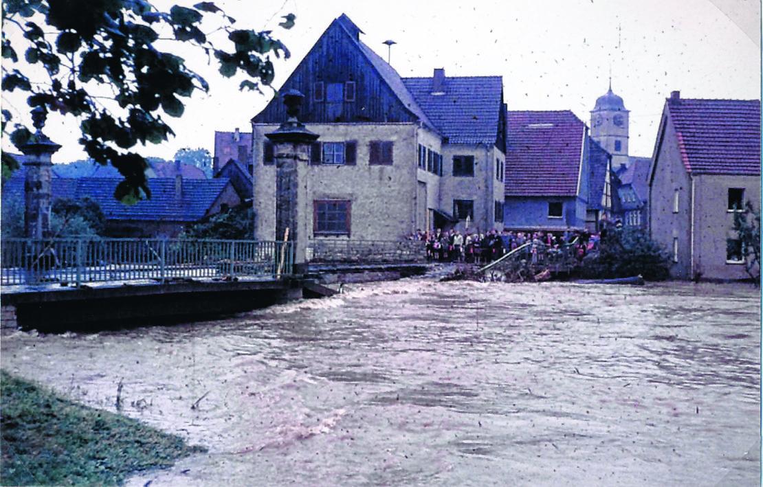 Die Almebrücke in Schloß Neuhaus kann dem Wasserdruck nicht standhalten und zerbirst in den frühen Morgenstunden des 17.Juli 1965. (Foto: Stadt- und Kreisarchiv Paderborn)