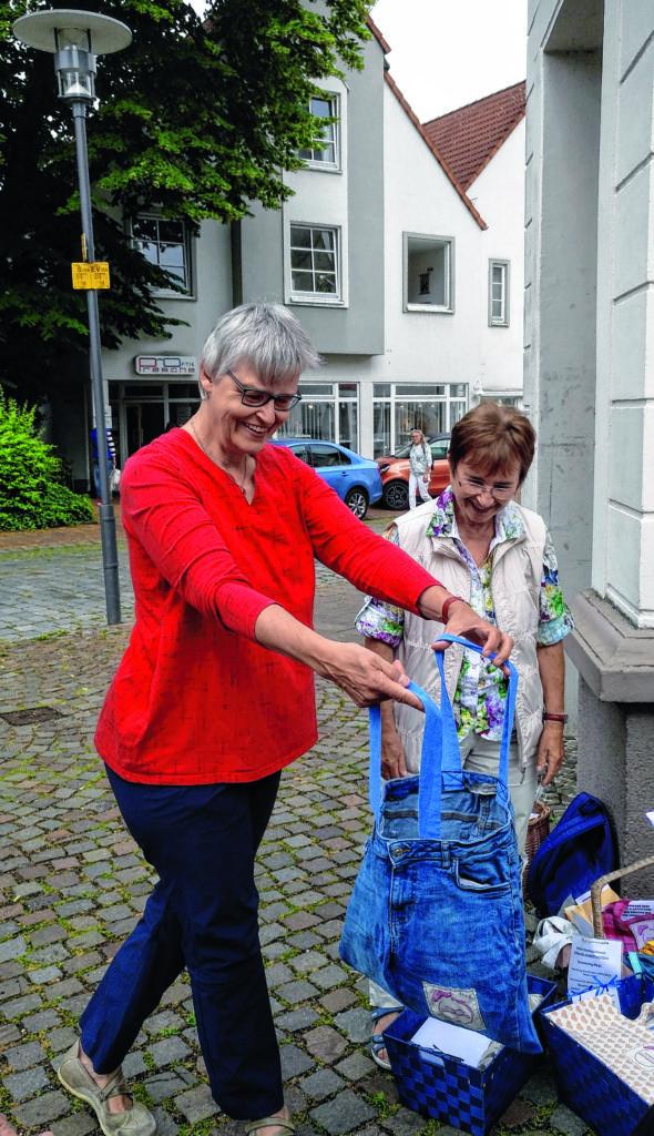 """Vor dem CityKloster-Laden in der Bielefelder Altstadt werden die """"Bumerang-Taschen"""" der Öffentlichkeit präsentiert. (Foto: Ursula Schacker)"""