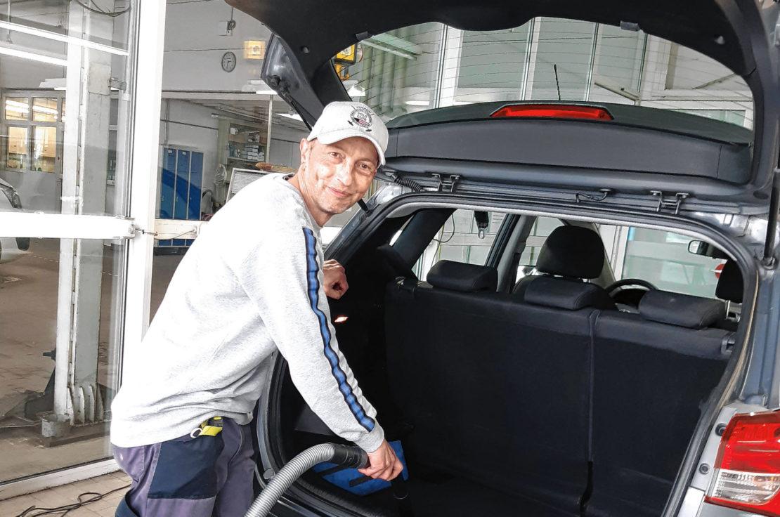 """Freude an der Arbeit dank Teilhabechancengesetz. Guido Menzel bei seiner neuen Arbeit als Fahrzeugreiniger bei """"check and snack"""" in Sundern. (Foto: cpd)"""
