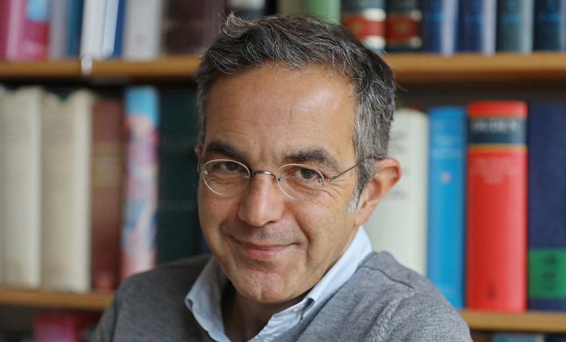 Navid Kermani, Schriftsteller, sitzt in seinem Arbeitszimmer. (picture alliance)
