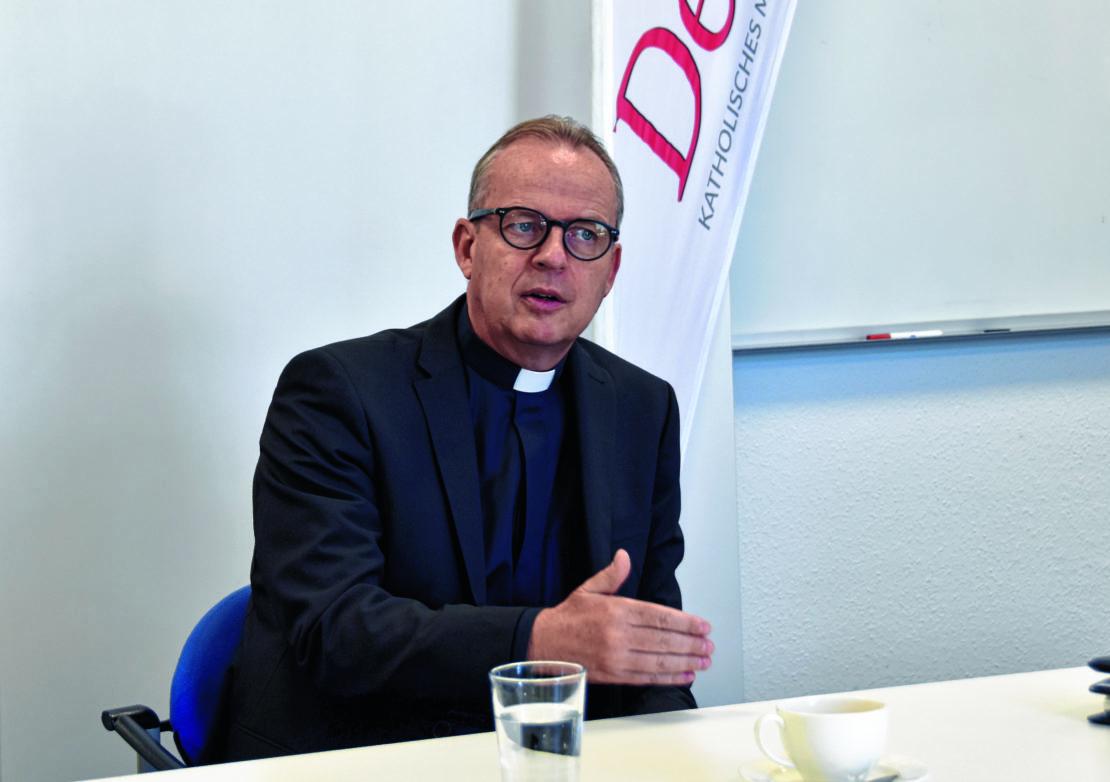 Weihbischof Josef Holtkotte spricht mit der Dom-Redaktion über den Moment als ihm gesagt wurde er werde Weihbischof von Paderborn. (Foto: Martin Schmid)