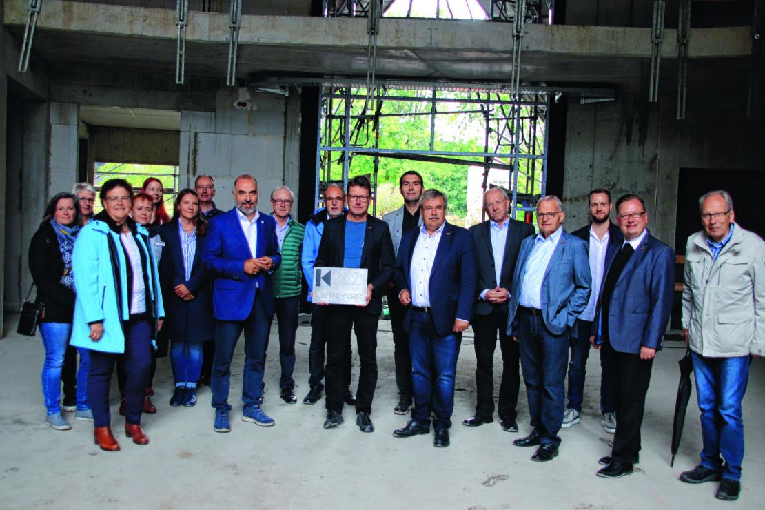 Bei der Grundsteinlegung des neuen Kolping-Berufsförderungszentrums in Arnsberg konnten Bauherren, Betreiber und Gäste den Baufortschritt in Augenschein nehmen. (Foto: Mario Polzer)