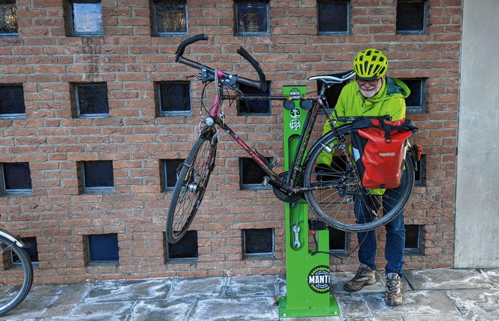 Auch kleine Reparaturarbeiten sind vor der Fahrradkirche möglich.
