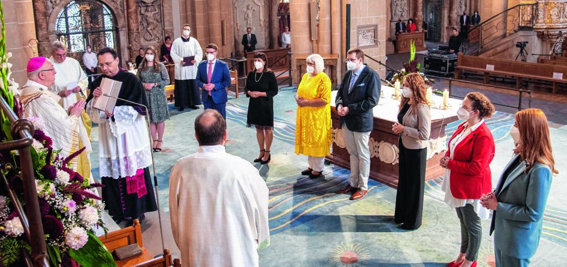 """Erzbischof Hans-Josef Becker beauftragte sechs Frauen und zwei Männer zum Dienst als Gemeindereferentin und Gemeindereferent. """"Du, Gott, hast sie in die Nachfolge deines Sohnes berufen"""", sagte der Erzbischof im Segensgebet."""