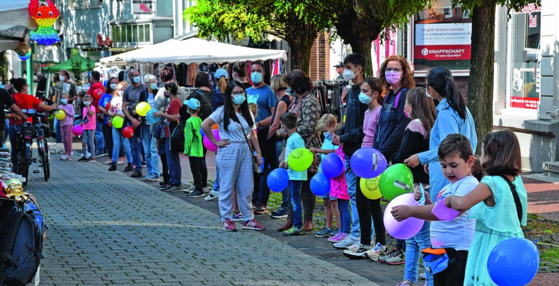 Etwa einen Kilometer lang war die Menschenkette, die durch die Gemeinde Bönen gebildet wurde. (Foto: Annabell Jatzke)
