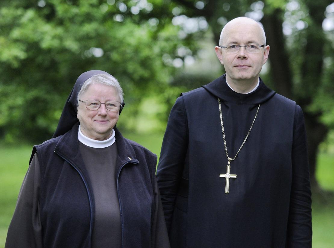 Schwester M.Magdalena Krol ist seit 2009 Generaloberin der Franziskanerinnen in Olpe. Abt Aloysius Althaus OSB leitet seit 2013 die Benediktinerabtei Königsmünster in Meschede. (Foto: Andreas Wiedenhaus)
