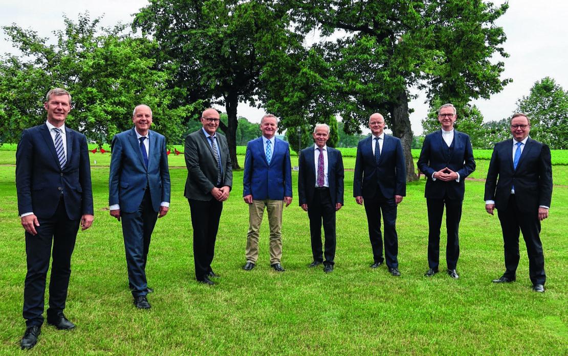 Die Vorstände und Aufsichtsrätebeider Banken von Links:Gerrit Abelmann (DKM), Heinz-Josef Kessmann (DKM),Karl Auffenberg (BKC), Dr. Georg Rüter (BKC), Dr.Richard Böger (BKC),Jürgen Reineke (BKC),Dr. Antonius Hamers(DKM) und Christoph Bickmann (DKM).(Foto: BKC)