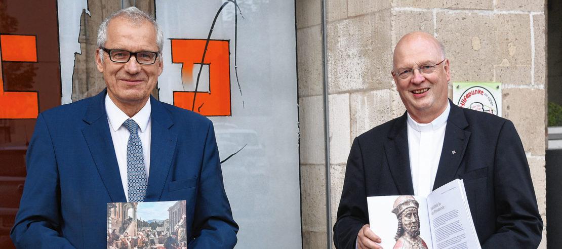 Generalvikar Alfons Hardt (r.) und Dirk Wummel als Leiter des Bereiches Finanzen im Erzbischöflichen Generalvikariat stellten den Finanzbericht 2020 des Erzbistums Paderborn in einer Videokonferenz vor. (Foto: pdp)