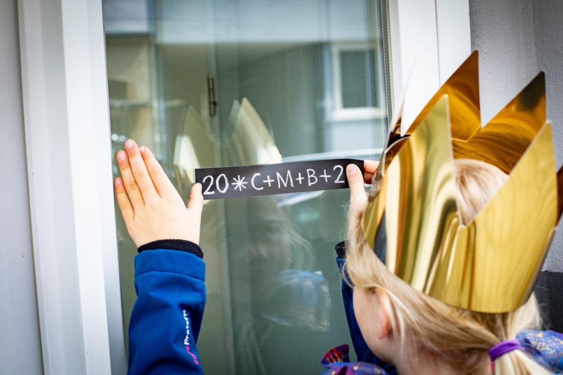 """""""C+M+B - Christus mansionem benedicat - Christus segne dieses Haus"""" - ob als Aufkleber oder mit Kreide geschrieben, Hauptsache das Haus ist für das kommende Jahr von den Sternsingern gesegnet worden. (Martin Steffen / Kindermissionswerk)"""